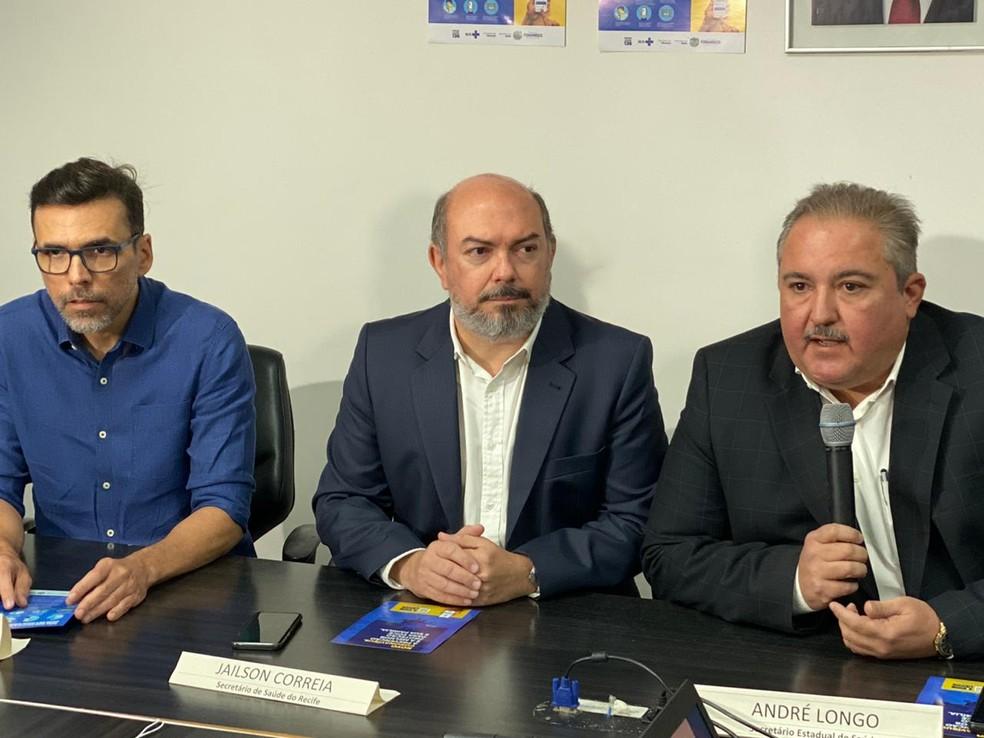 Secretário de Saúde de Pernambuco, André Longo (direita) detalha casos confirmados do novo coronavírus — Foto: Marina Meireles/G1