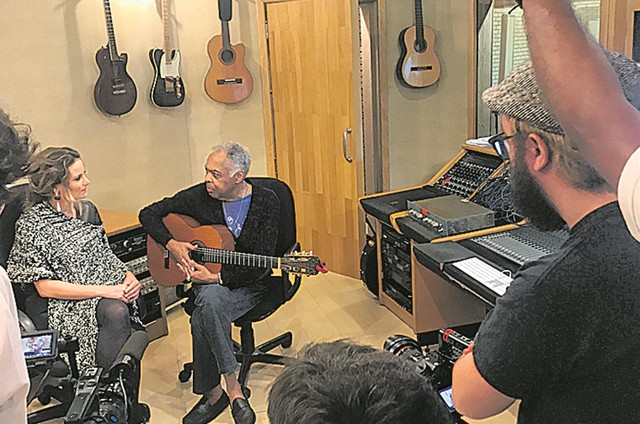 Úrsula Corona entrevista Gilberto Gil para a série documental 'Lincoln Olivetti — O mago do pop' (Foto: Divulgação)