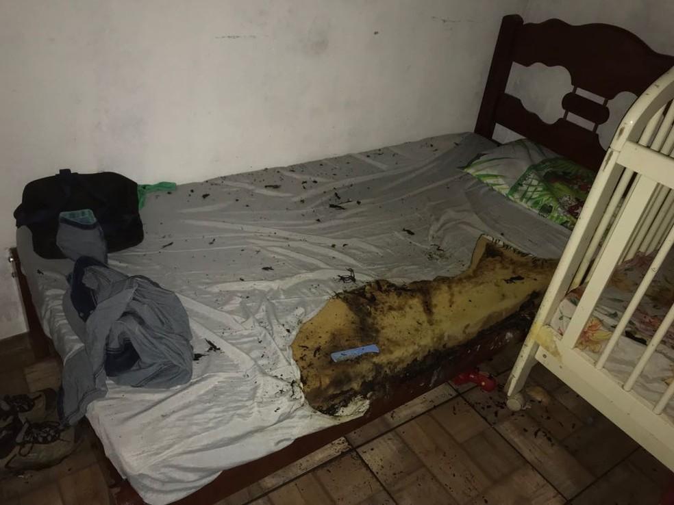 Avó percebeu que havia algo estranho e arrombou porta; menino de 7 anos estava enrolado em lençol e mãe estava com bebê no colo enquanto cama pegava fogo em Itaquaquecetuba (Foto: Polícia Civil/Divulgação)