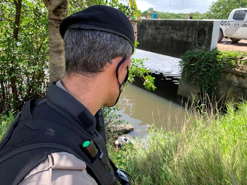 Membros amputados foram encontrados na Ponte do Baralho, em Bayeux, PB — Foto: Walter Paparazzo/G1