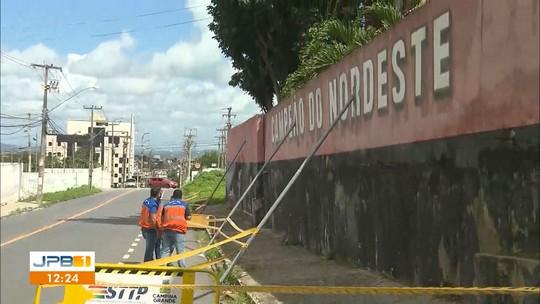 Muro do Campinense ameaça cair e preocupa moradores de bairro de Campina Grande