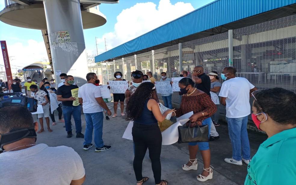 Grupo protesta na Avenida Paralela contra obras que ocorrem entre os setores J e L de Mussurunga — Foto: Ricardo Santos