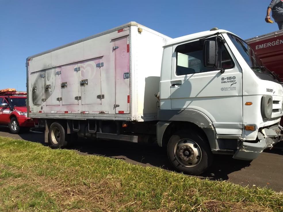 Motorista do caminhão que atingiu o carro pela traseira não ficou ferido — Foto: Polícia Rodoviária/Divulgação
