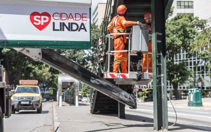 Funcionários da Prefeitura fazem a manutenção, limpeza e eliminação de pichações na Avenida Nove de Julho, no bairro da Bela Vista,  parte da Operação Cidade Linda