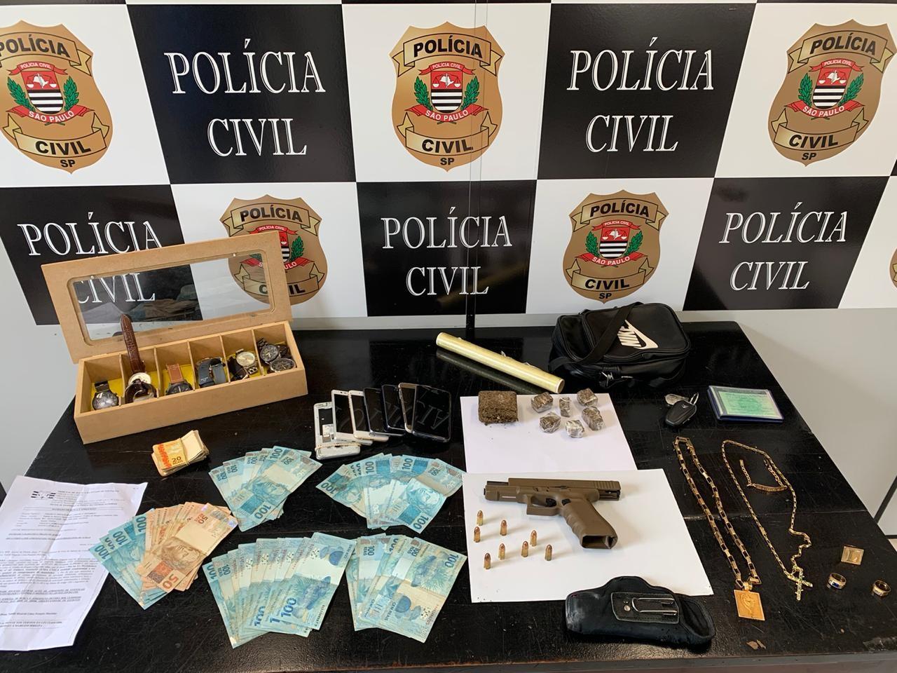 Polícia Civil cumpre mandado e prende homem com arma, drogas e mais de R$ 5,7 mil em Santos, SP