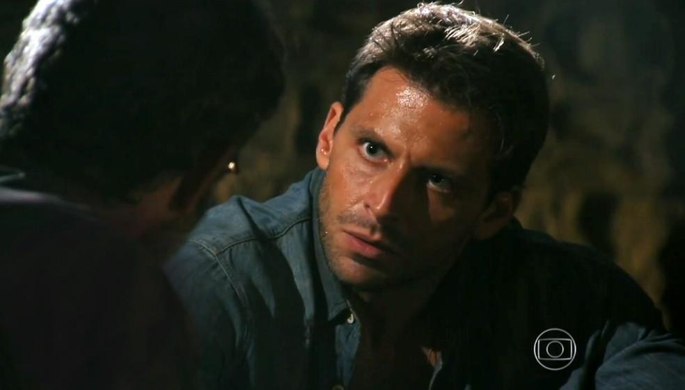 Cassiano (Henri Castelli) não entender por que Alberto (Igor Rickli) ainda não o tirou da prisão, em 'Flor do Caribe' — Foto: Globo