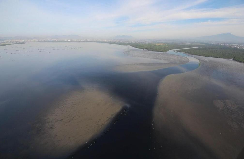Segundo o biólogo Mário Moscatelli as fozes dos rios Sarapuí e Iguaçu são áreas que recebem muito lixo e esgoto não tratado — Foto: OLHOVERDE/ Mário Moscatelli
