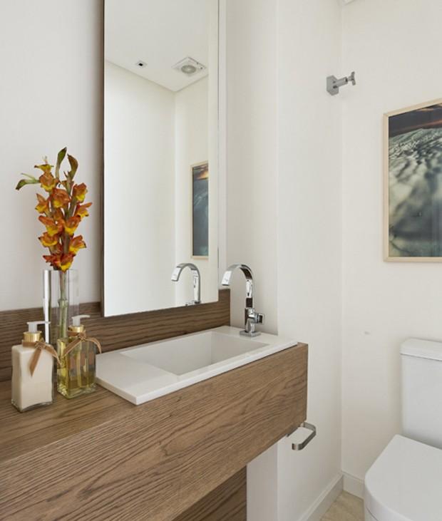 O conjunto de pia estreita e torneira deslocada para a lateral deixam mais espaço livre no lavabo  (Foto: Alain Brugier)