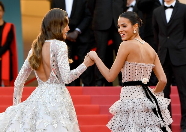 "CANNES, FRANCE - MAY 13:  Izabel Goulart  and Bruna Marquezine attend the screening of ""Sink Or Swim (Le Grand Bain)"" during the 71st annual Cannes Film Festival at Palais des Festivals on May 13, 2018 in Cannes, France.  (Photo by Pascal Le Segretain/Get (Foto: Getty Images)"