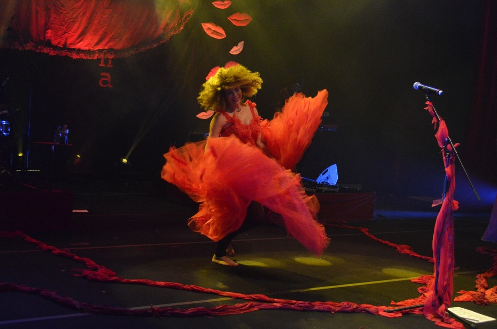 Vanessa da Mata canta 24 músicas no roteiro do show 'Quando deixamos nossos beijos na esquina' — Foto: Divulgação