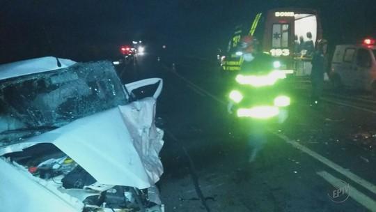 Batida de carros deixa duas pessoas mortas na BR-491, em Areado, MG