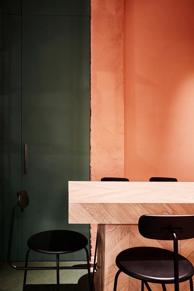 A produção de vinho inspira o décor deste bar em Barcelona (Foto: Divulgação)