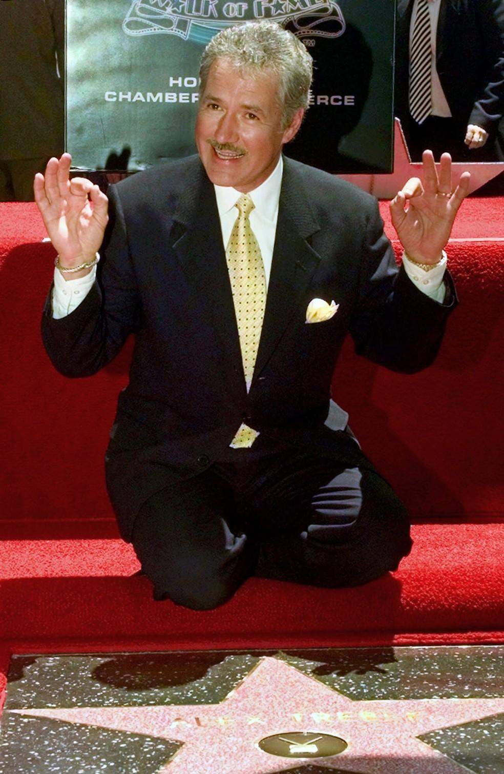 Foto de arquivo de maio de 1999 mostra o apresentador Alex Trebek durante a chegada de sua estrela na Calçada da Fama de Hollywood, em Los Angeles   — Foto: Nick Ut/AP/Arquivo