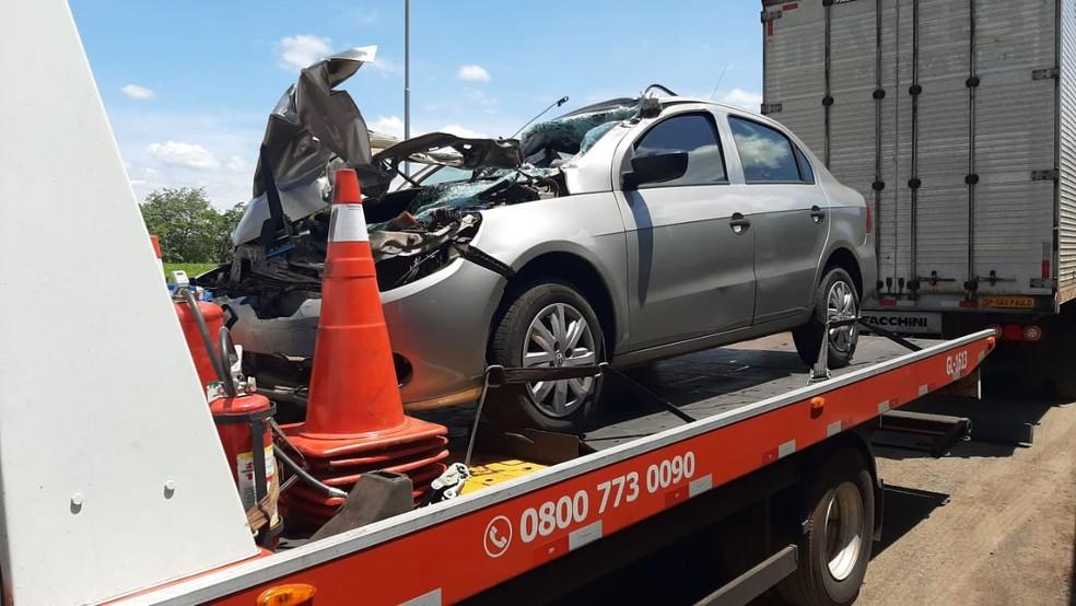 Carro da Polícia Civil bateu na traseira de caminhão em Santa Cruz do Rio Pardo — Foto: Adolfo Lima/TV TEM