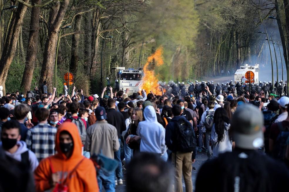 Multidão entra em confronto com policiais após dispersão de pessoas que compareceram a evento falso em Bruxelas, Bélgica, nesta quinta-feira (1º) — Foto: François Walschaerts/AFP