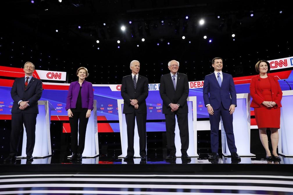 Pré-candidatos democratas fizeram na terça-feira (14) o último debate em Des Moines, Iowa, antes das prévias eleitorais dos EUA. — Foto: Charlie Neibergall/AP