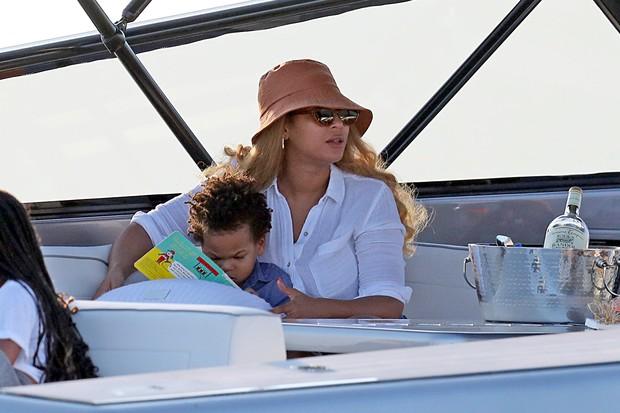 Beyoncé com um dos filhos gêmeos em iate milionário. | JOÃO BIOTT