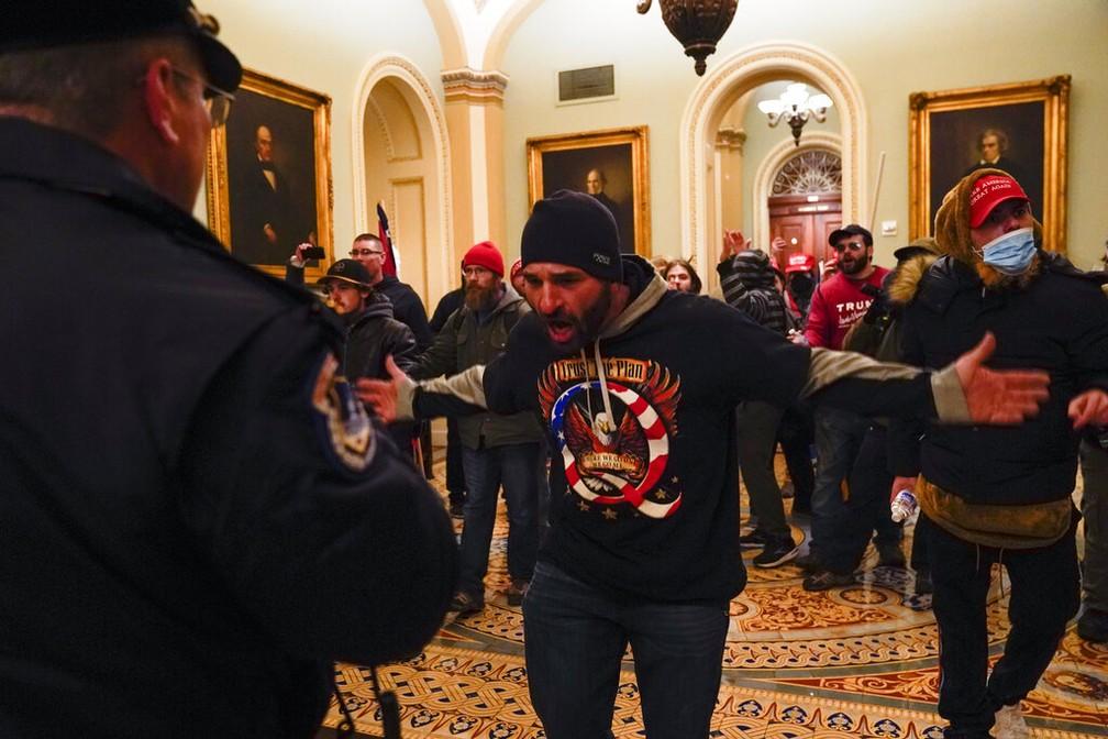 Manifestantes a favor de Trump invadem Congresso americano — Foto: Manuel Balce Ceneta/AP