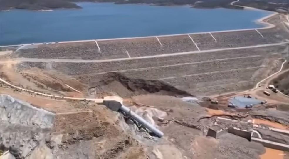 Imagem área feita um dia após o vazamento mostra o talude da barragem de Jati (na foto, parte na frente do reservatório), onde se pode observar avarias e o duto que se rompeu — Foto: Reprodução