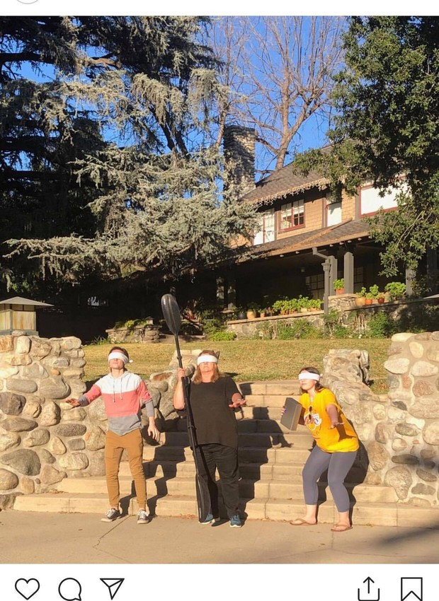 Visitantes tiram fotos na frente da casa de Bird Box (Foto: Instagram / jimmybuffet1)