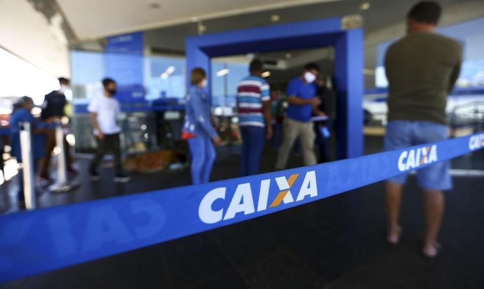 Pessoas na fila em Agência da Caixa Econômica — Foto: Marcelo Camargo/Agência Brasil