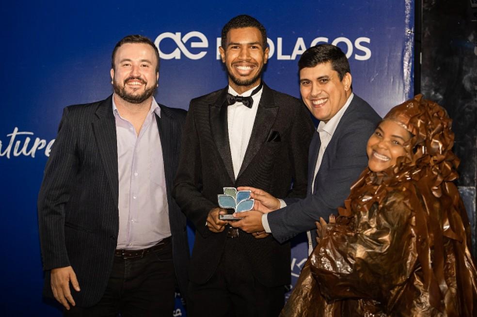 Salutiel Filot, Lucas Madureira, do SBT Rio, festejam, ao lado de José Carlos e a personagem Oleosa — Foto: Divulgação Prolagos
