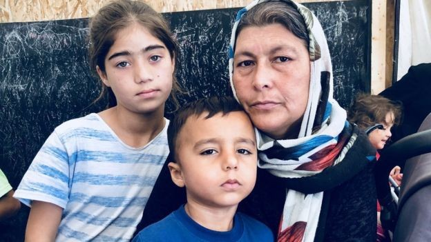 Sara Khan e seus filhos não conseguem dormir por medo de brigas (Foto: BBC)