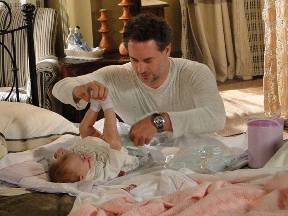 Paulo passa sufoco para cuidar de filha de Esther em 'Fina Estampa' — Foto: Globo
