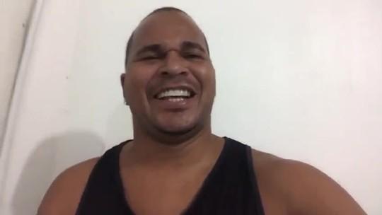 """Aloísio Chulapa ganha caricatura com a camisa do CRB e se diverte: """"Ficou igualzinho""""; vídeo"""
