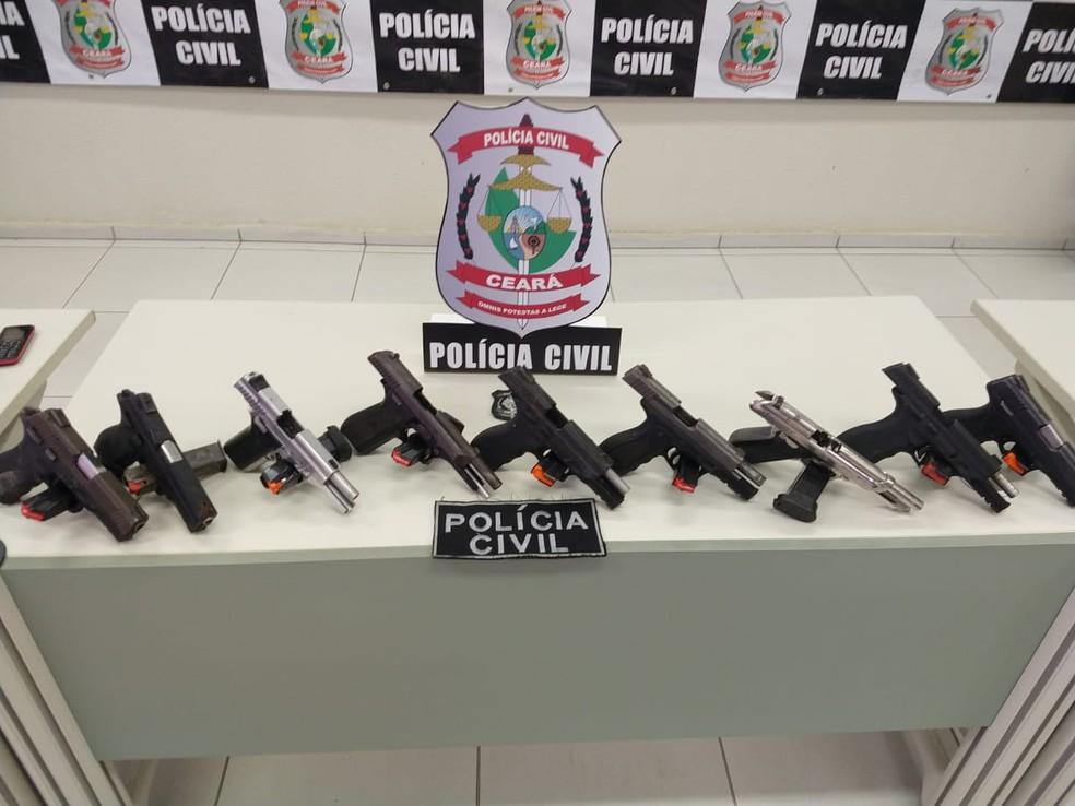 Suspeito de chefiar tráfico de droga em bairro de Fortaleza foi preso com armas e maconha — Foto: Leábem Monteiro/SVM