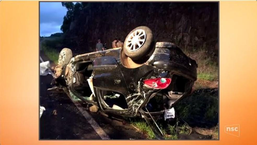 Carro capotou em acidente em Jupiá que matou duas mulheres na segunda-feira (1) (Foto: Reprodução/NSC TV)