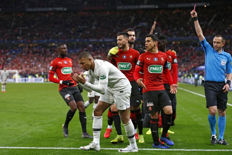Mbappé se desespera após receber cartão vermelho na decisão — Foto: EFE/EPA/IAN LANGSDON