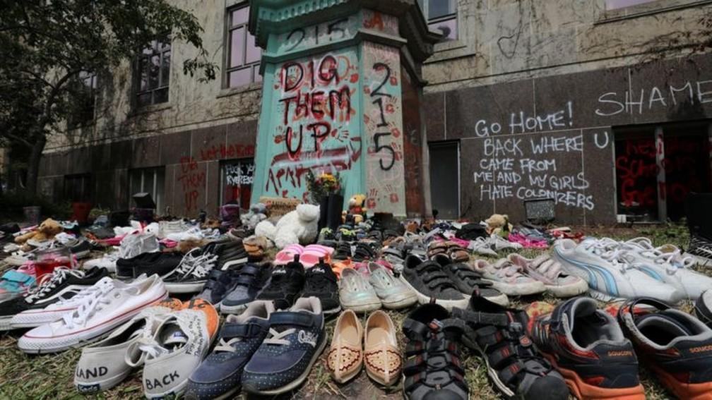 Alguns canadenses colocaram sapatos de crianças em recordação aos pequenos que morreram em escola no passado — Foto: Reuters