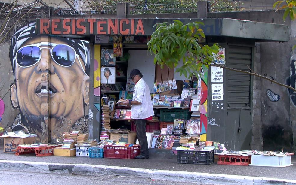Banca pegou fogo após show e foi reerguida com ajuda de colaboradores em Guaianases (Foto: TV Globo/Reprodução)