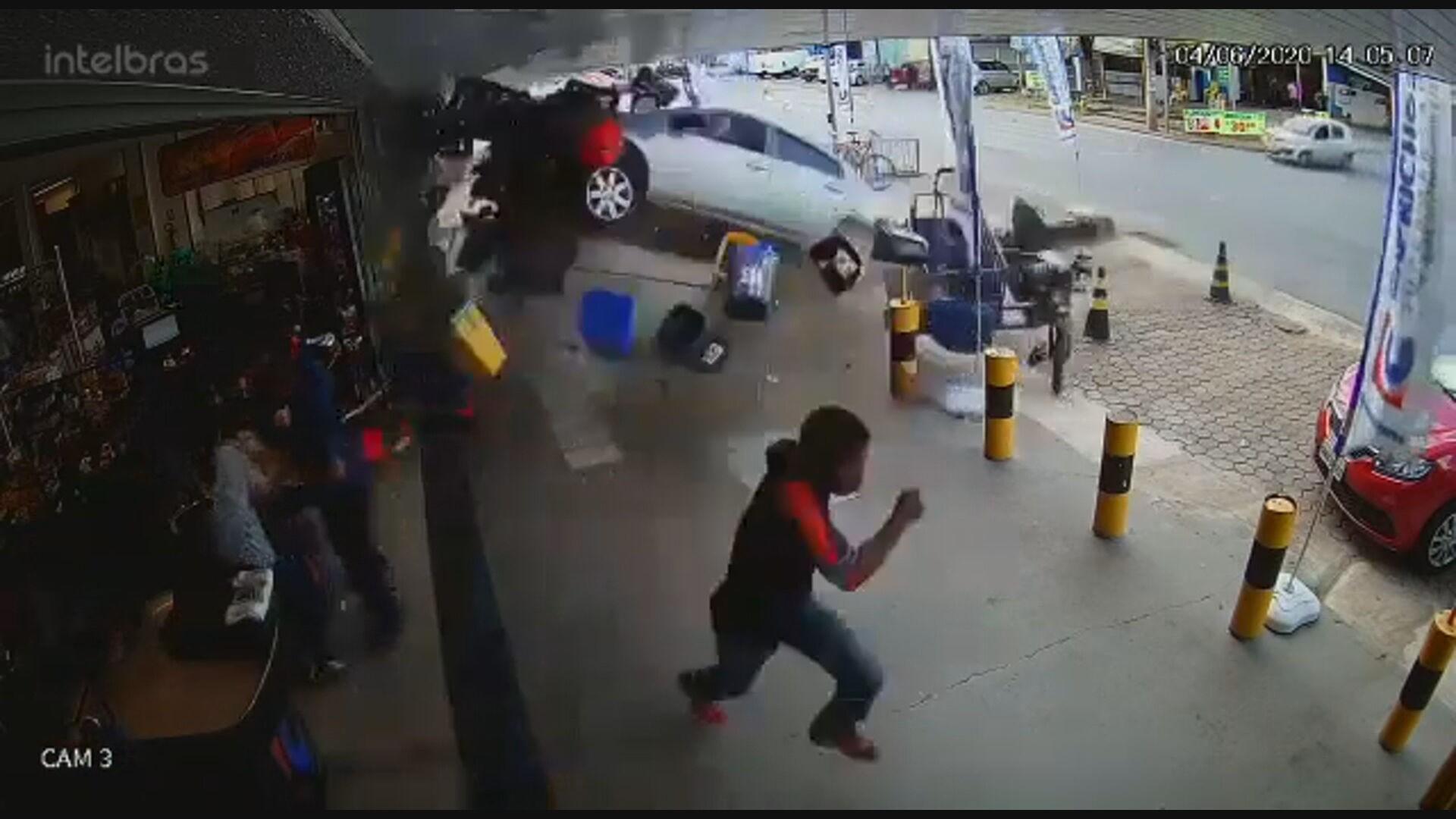 VÍDEO: carro desgovernado invade supermercado em Taguatinga, no DF
