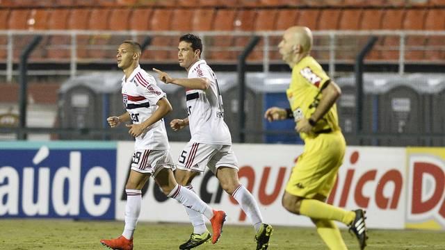Hernanes comemora o gol de empate