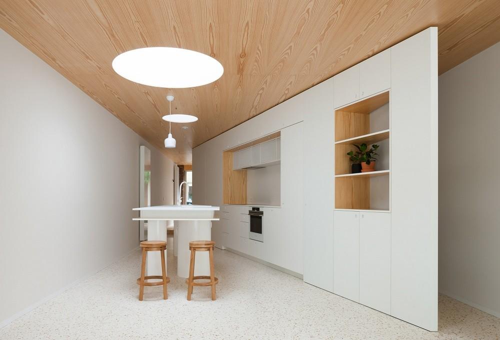 Como parte da renovação de uma pequena casa geminada em Ghent, os arquitetos belgas da Fragmenture investiram no contraste da madeira com o piso de terrazzo. (Foto: Fragmenture/Reprodução)