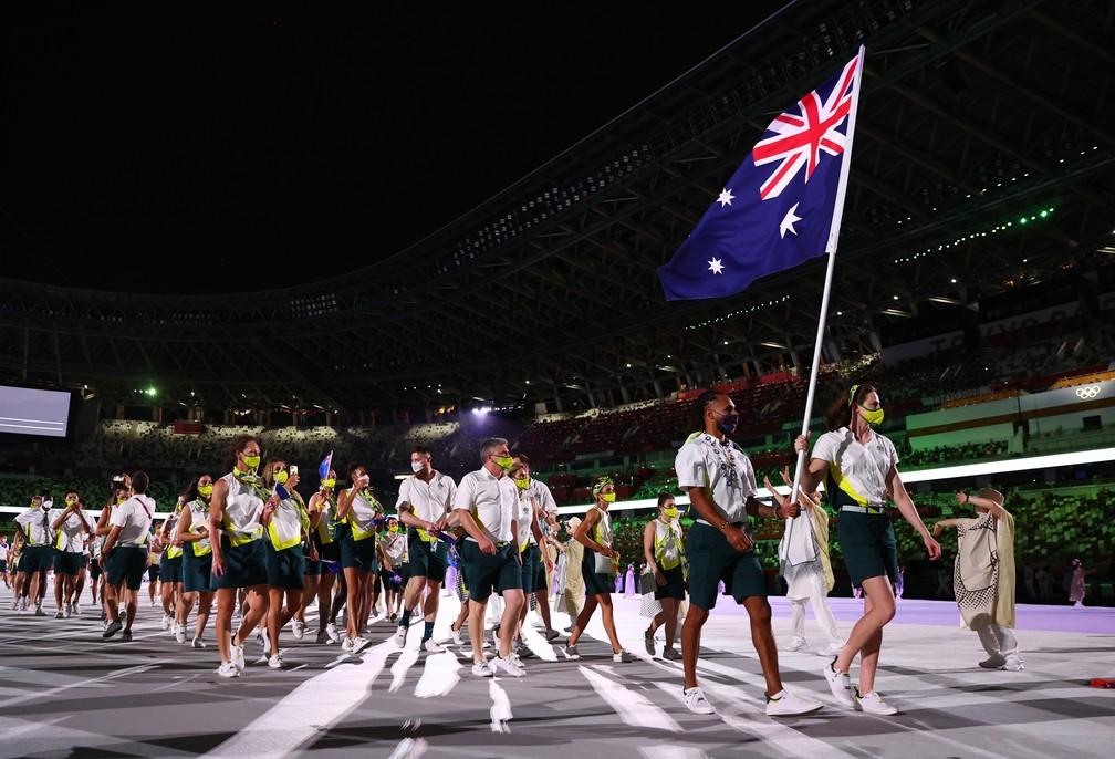 As australianas Cate Campbell e Patty Mills lideram parte da delegação de seu país durante a cerimônia de abertura dos Jogos Olímpicos de Tóquio, no Japão — Foto: Kai Pfaffenbach/Reuters