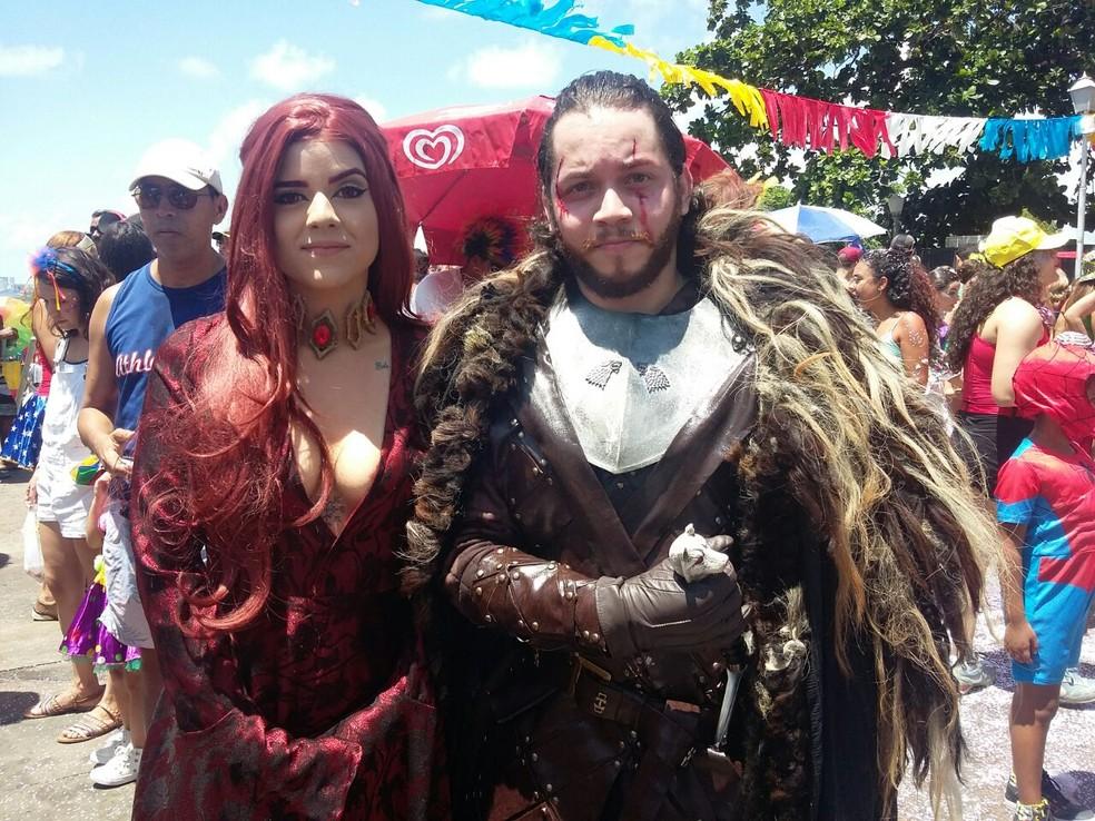 Bárbara Siqueira e Tiago Lobo se vestiram de Melisandre e Jon Show para brincar no Alto da Sé (Foto: Pedro Alves/G1)