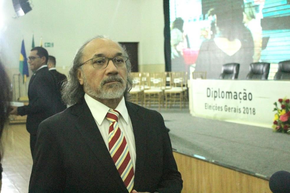 Desembargador Sansão Saldanha conversou com jornalistas antes da cerimônia de diplomação.  — Foto: Mayara Subtil/G1