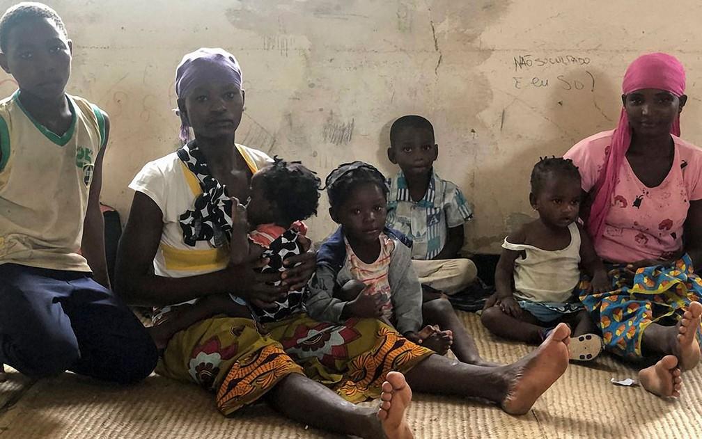 Famílias desabrigadas pela passagem do ciclone Kenneth, no distrito de Pemba, em Moçambique, na sexta-feira (26) — Foto: Nour Hemici/WFP/AFP