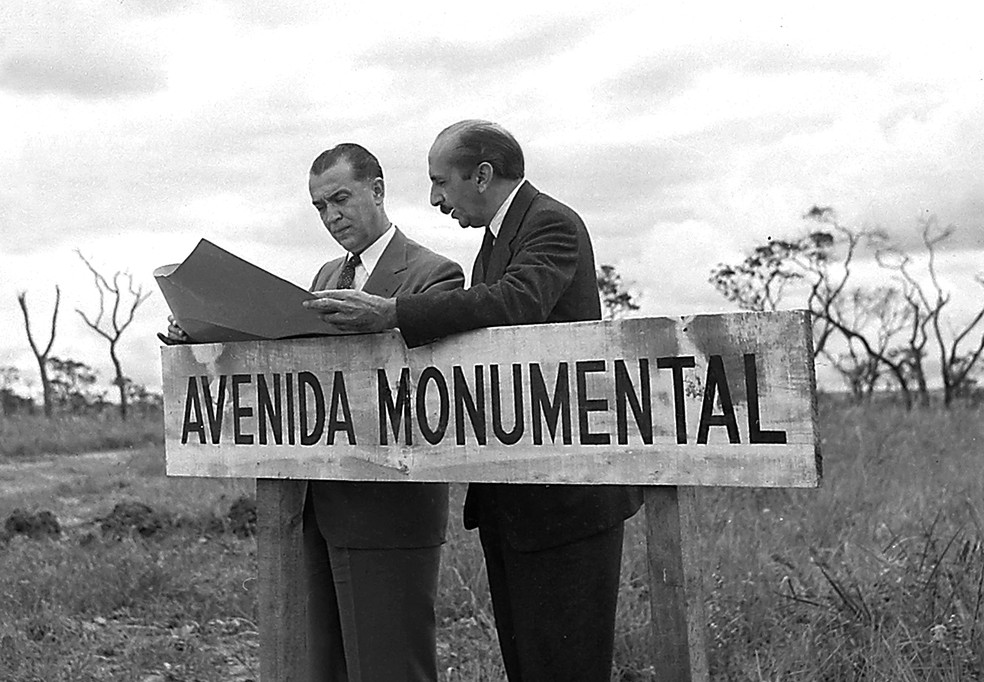 Urbanista Lucio Costa ao lado do presidente JK — Foto: Arquivo Público-DF/Divulgação