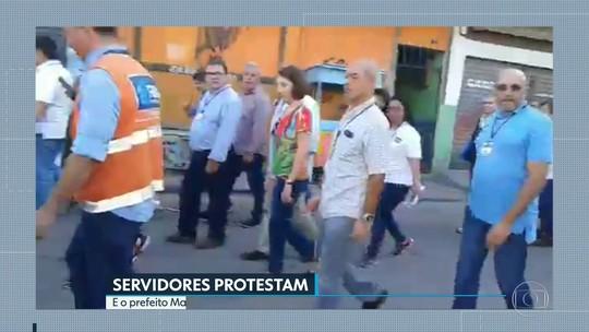 Comitiva de Marcelo Crivella deixa comunidade do Rio sob protesto;vídeo