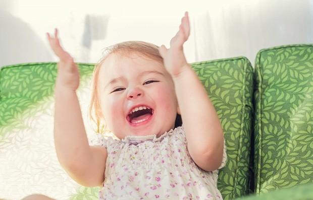 Criança batendo palmas  (Foto: Thinkstock)