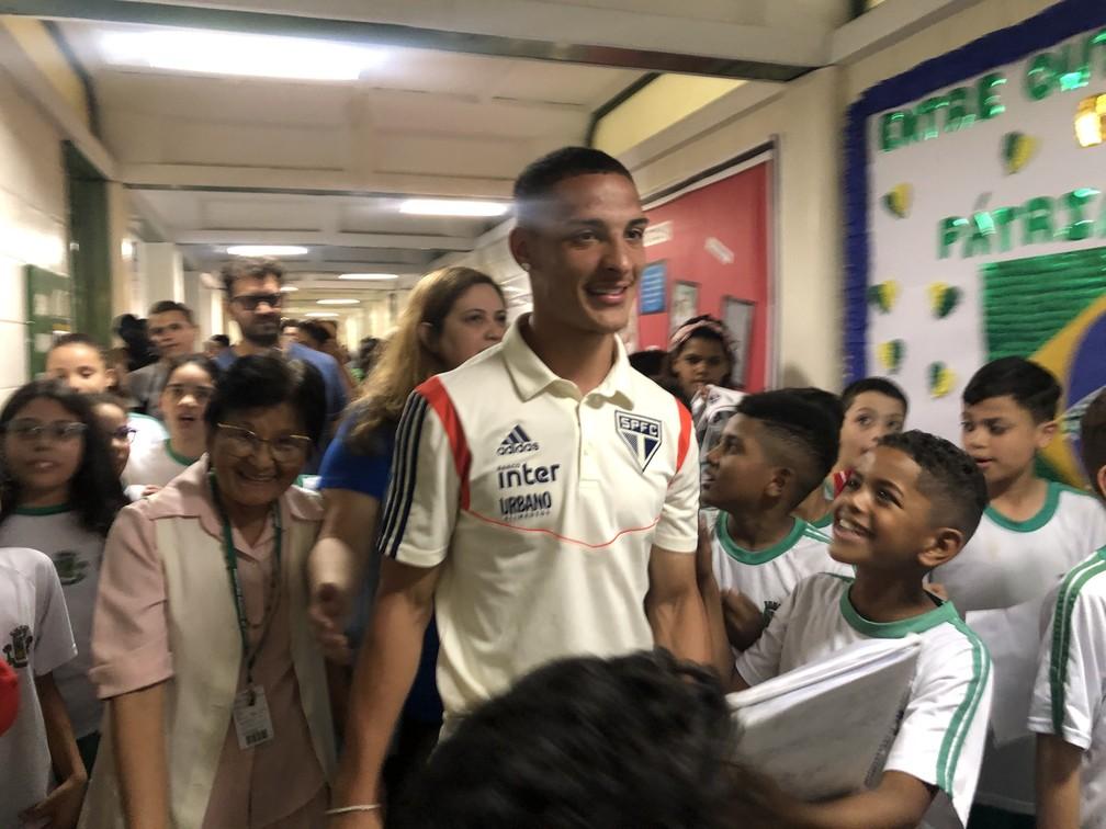 Antony, do São Paulo, visita escola onde estudou na infância, em Osasco — Foto: Felipe Ruiz