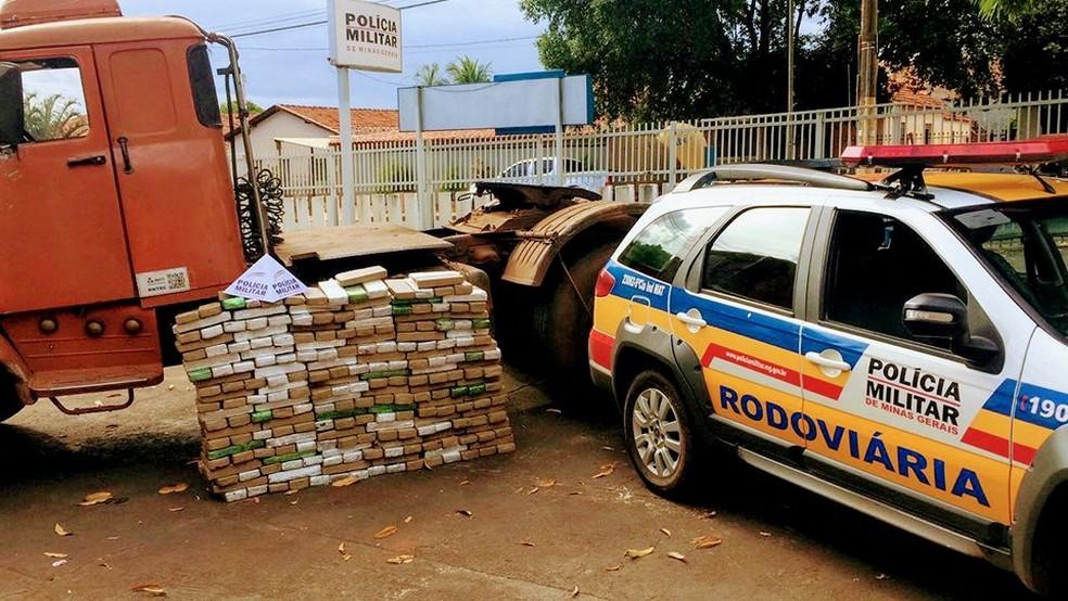 -  Segundo a polícia, 283 kg de maconha estavam escondidos em cabine de caminhão interceptado na MG-255, em São Francisco de Sales  Foto: Polícia Milita