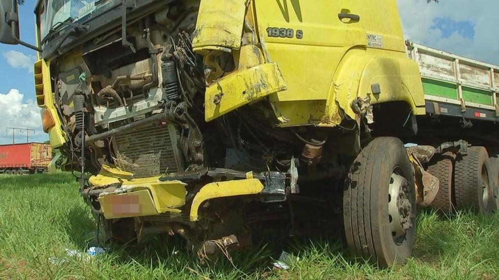 Dianteira de caminhão ficou danificada (Foto: Reprodução/TV TEM)