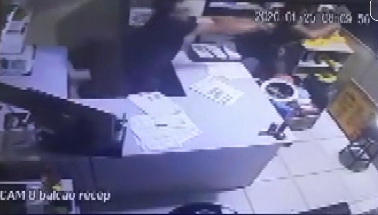 Vereador de Ivaí esfaqueia empresário em supermercado e foge, diz polícia; VÍDEO