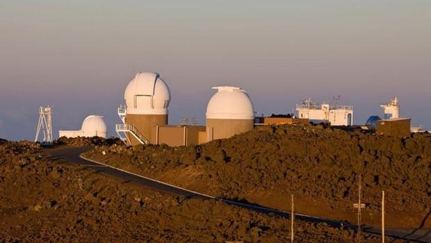 Os telescópios do sistema de sondagem contínua Pan-Starrs que detectaram o Oumuamua estão localizados no topo do vulcão Haleakala, em Maui (Foto: Getty Images via BBC)