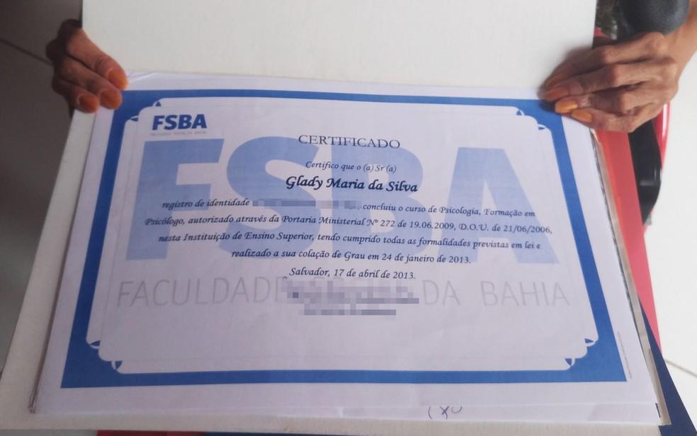 Glady Maria mostra diploma de graduação em psicologia (Foto: Juliana Almirante/ G1)